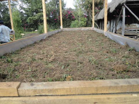 Filling the bed with dry organic waste materials